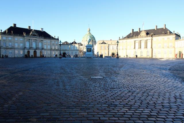 на фото королевский дворец в Копенгагене