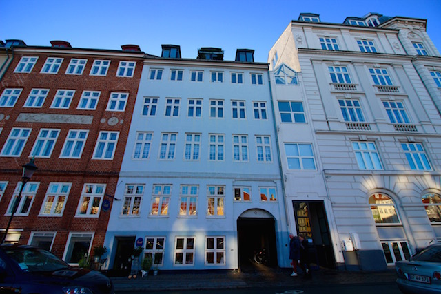 на фото самый узкий дом в Копенгагене