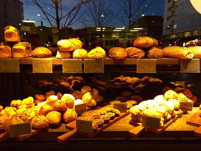 на фото витрина магазина с выпечкой в Копенгагене