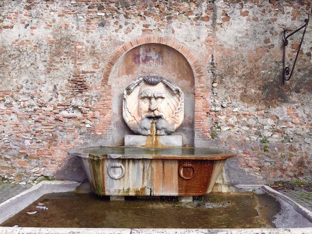 на фото фонтан рядом с садом апельсинов в Риме