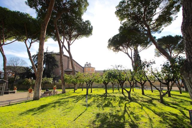 на фото сад апельсинов в Риме