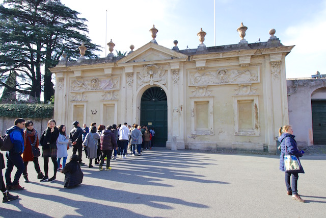 на фото очередь к Мальтийскому ордену в Риме