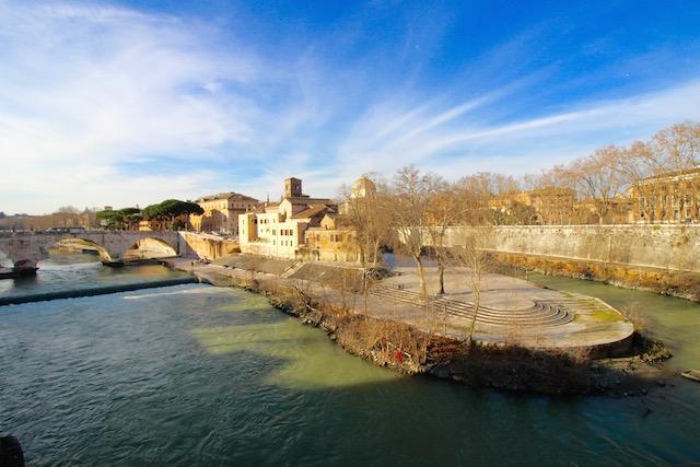 на фото остров Тиберина в Риме
