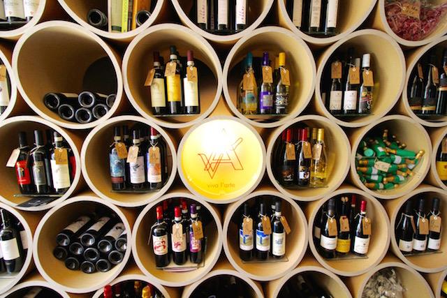 на фото витрина энотеки Vivavino в Вероне