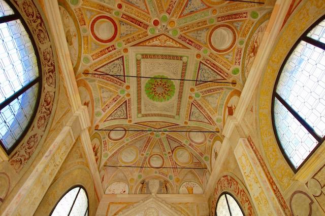на фото фрески входа в монастырь Чертоза ди Павия
