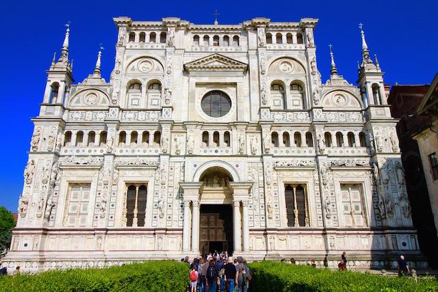 на фото монастырь Чертоза ди Павия, который расположен в 30 минутах езды от Милана