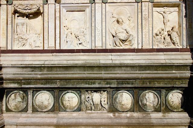на фото фасад монастыря Чертоза ди Павия