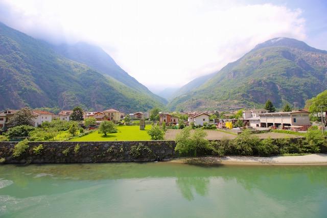 на фото вид на горы в Валле д'Аоста