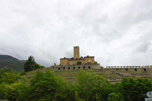 на фото замок Сарре