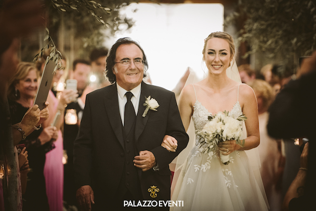 на фото Аль Бано и его дочь Кристель, во время свадьбы