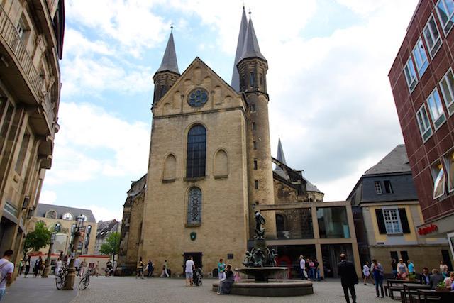 на фото церковь в городе Бонн, Германия