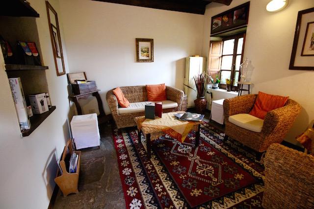 на фото чайная комната в Борго Казале