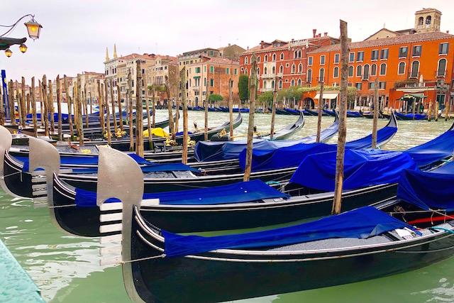 на фото гондолы в Венеции