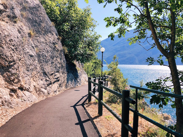Лимоне суль Гарда Самая живописная велосипедная и пешеходная дорожка в Европе находится на озере Гарда Самая живописная велосипедная и пешеходная дорожка в Европе находится на озере Гарда limone sul garda