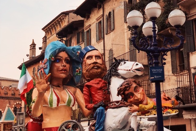 на фото одна из платформ на карнавале в Вероне