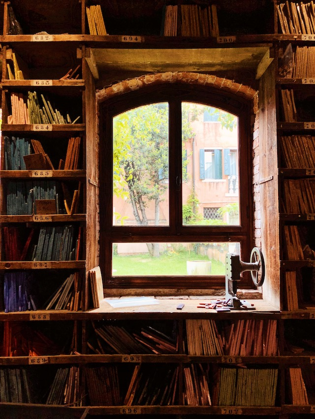 Библиотека цветов в Венеции. Производство мозаики