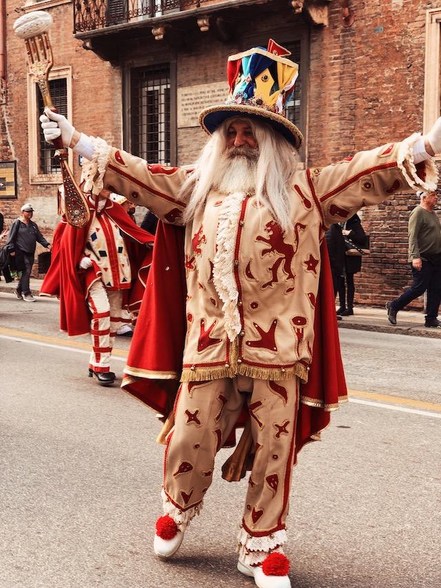 на фото главный герой карнавала в Вероне - Папа дель Ньокко