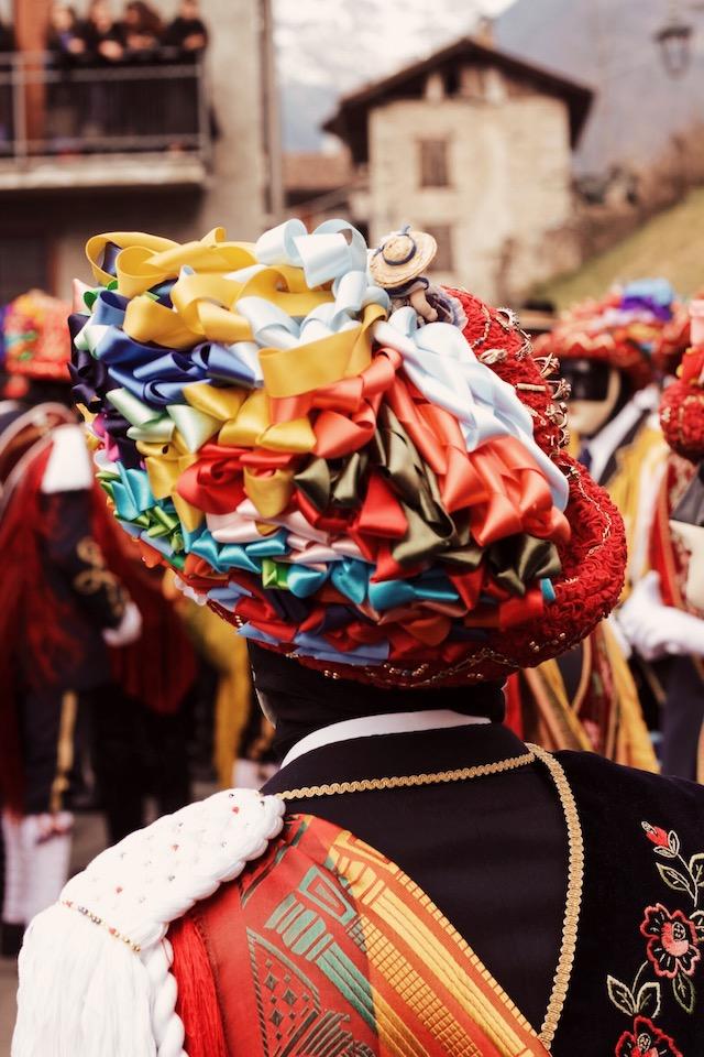 на фото шляпа танцора в городе Баголино на карнавале в Италии с раноцветными лентами Карнавалы в Италии: Баголино Карнавалы в Италии: Баголино bagolino carnaval dati