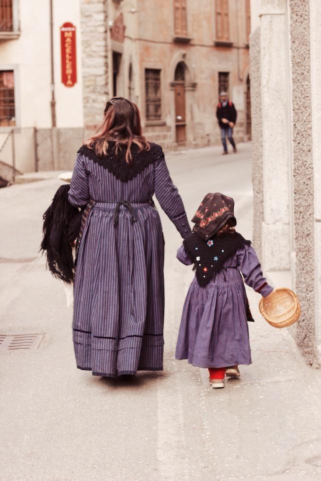 на фото мама с дочкой в традиционных костюмах, которые жители Баголино надевают во время карнавала Карнавалы в Италии: Баголино Карнавалы в Италии: Баголино bagolino maski