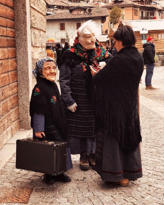 Еще одни участники карнавала в Баголино - маскер, которые носят маски старух и стариков
