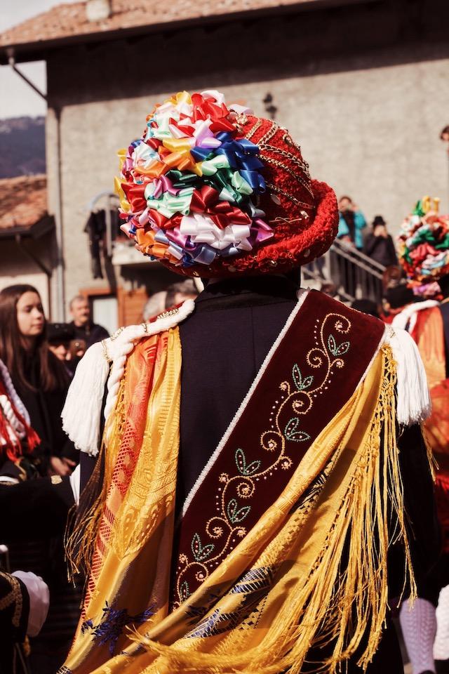на фото детали карнавального костюма танцора в Баголино в Италии