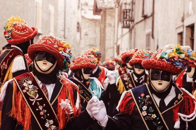 на фото танец балари на карнавале в городе Баголино в Италии