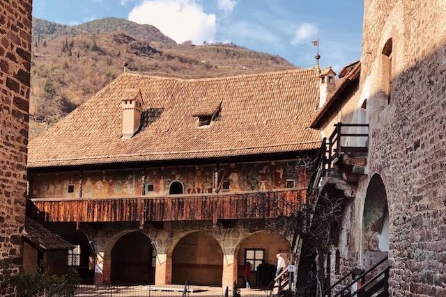 внутренний двор замка Ронколо в Больцано