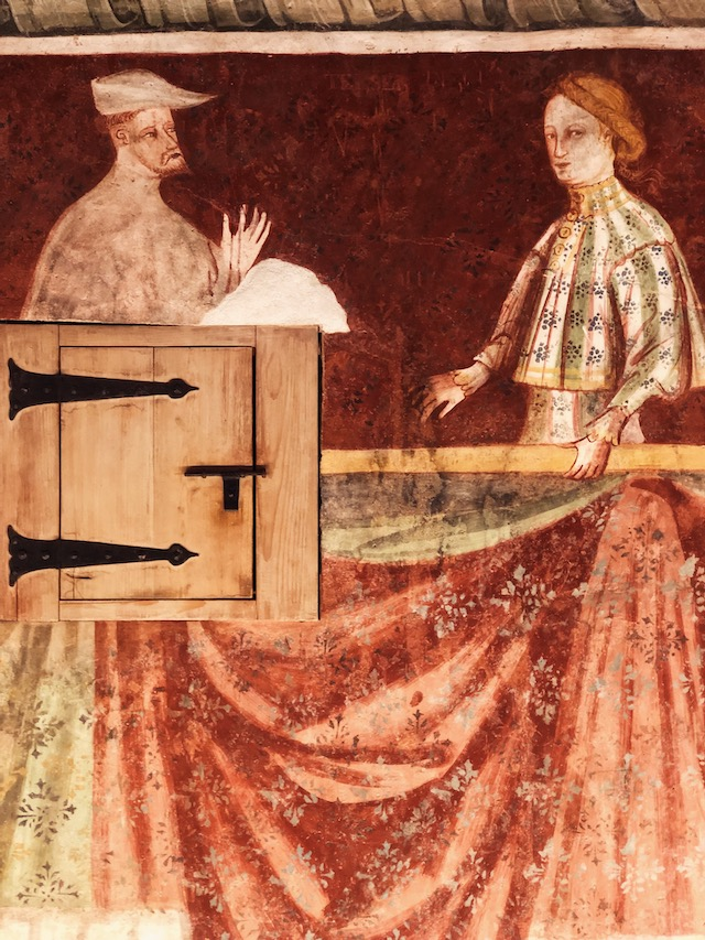Одна из комнат с фресками в замке Ронколо