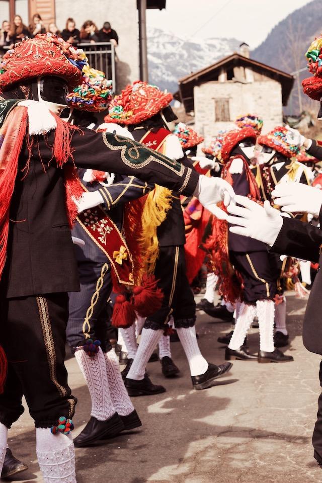 на фото танец участников карнавала в Баголино в Италии