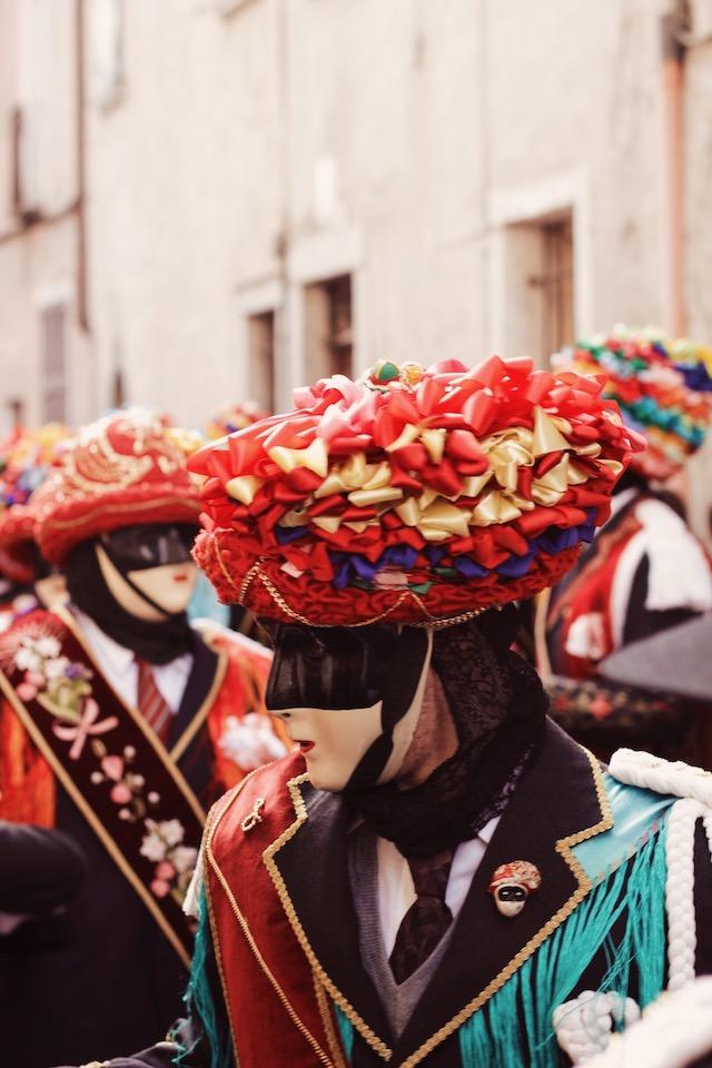 на фото лицо танцора в Баголино в маске и с шляпой на голове Карнавалы в Италии: Баголино Карнавалы в Италии: Баголино italia carnavalnie costumi