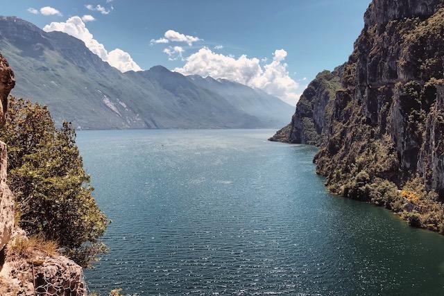 Панорама озера Гарда, которая открывается с тропы Понале в Рива дель Гарда