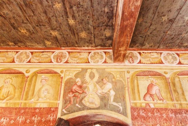 Одна из комнат с фресками в замке Ронколо в Больцано