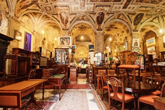 на фото антикварный магазин в центре Генуи Galleria Imperiale