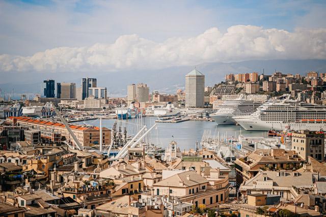 на фото вид на центр города и порт