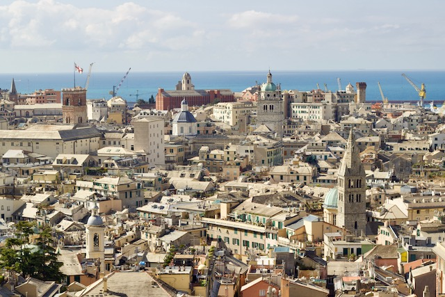 вид на исторический центр Генуи и порт