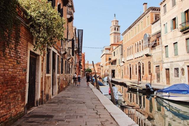 на фото район Венеции Дорсодуро