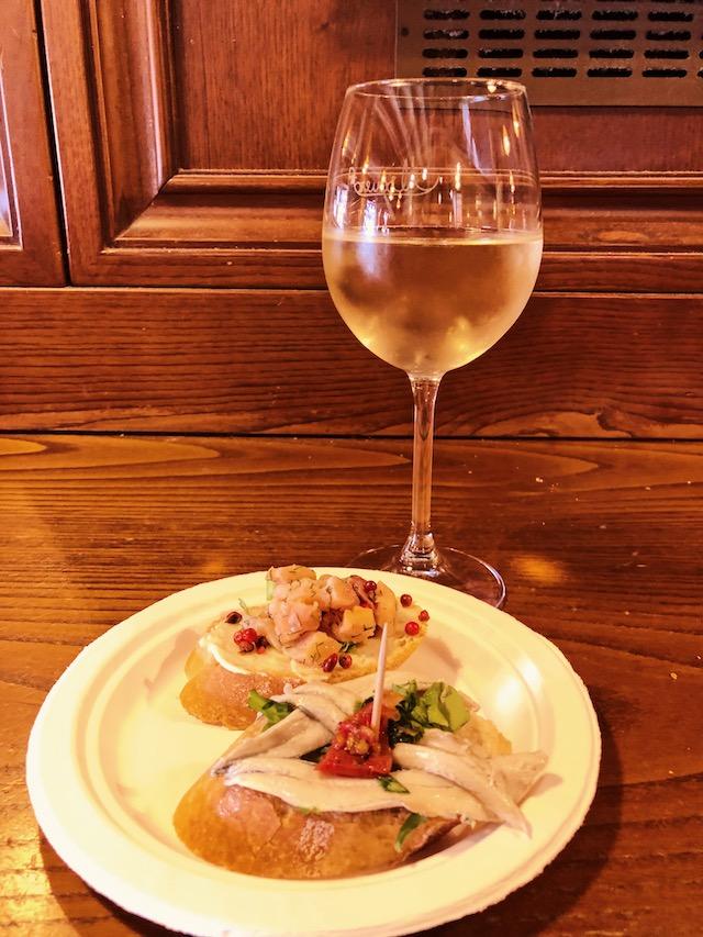 Традиционный обед в Венеции с чикетти и белым вином