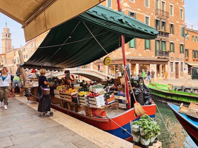 Овощная лавка в Венеции в Дорсодуро