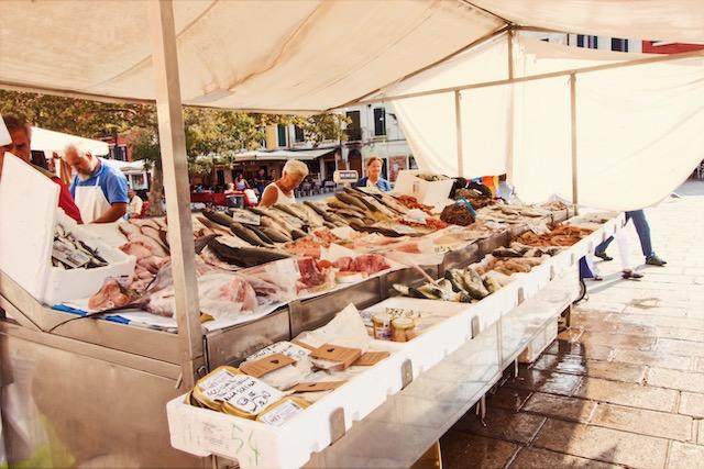 Рыбный стенд в Венеции в Дорсодуро