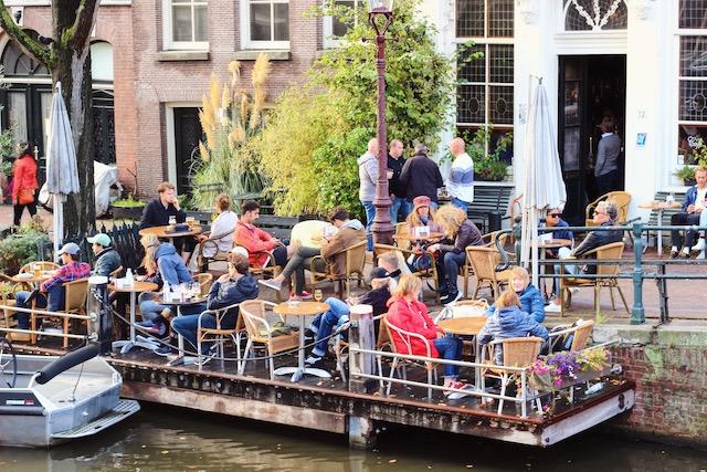Бар на канале в Амстердаме