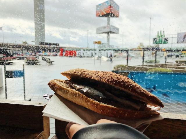 Бутерброд с селедкой в Амстердаме