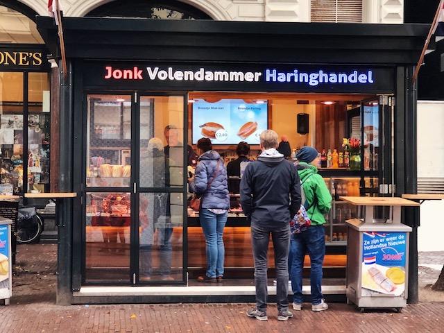 Ларек с селедкой в центре Амстердама рестораны амстердама Рестораны в  Амстердаме.Где поесть вкусно и недорого? gde poest seledky v amsterdame