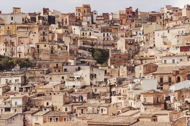на фото город Рагуза Ибла на Сицилии