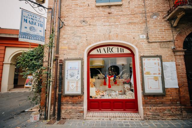 Вход в старинную типографию в Сантарканжело, город рядом с Римини в Италии