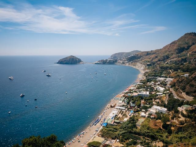пляж Маронти на острове Искья в Италии