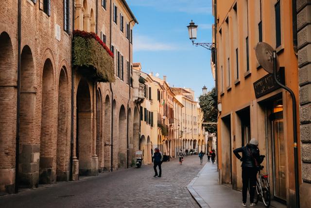 улочка в центре Падуи в Италии