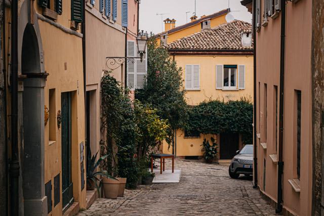 центральная улица в городе рядом с Римини Сантарканджело ди Романья в Италии
