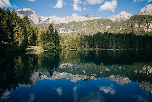 озеро Товель на севере Италии в регионе трентино-альто-адидже