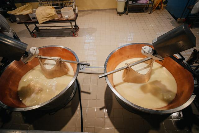 Производственный цех на сыроварне пармиджано реджано