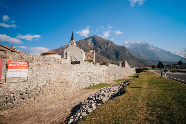 крепостная стена в городе Венцоне рядом с Удине